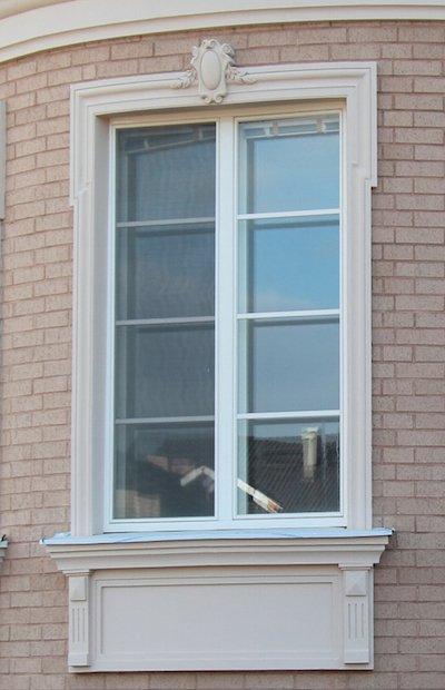 оформление окна наличниками для фасада