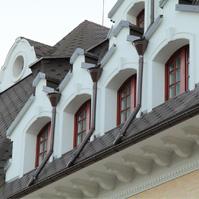 декоративные наличники с замковыми камнями на арочних окнах