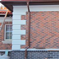 рустованные камни на углах дома из красного клинкера