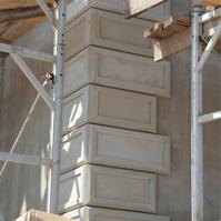 монтаж рустованных камней на угол дома из полимербетона