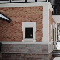 белый фасадный декор из полимербетона на фасаде