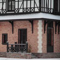 декоративные кронштейны под подшив кровли, русты на угол дома