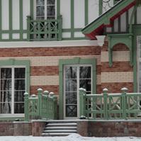 наличники из замковые камни из полимербетона на фасаде дома