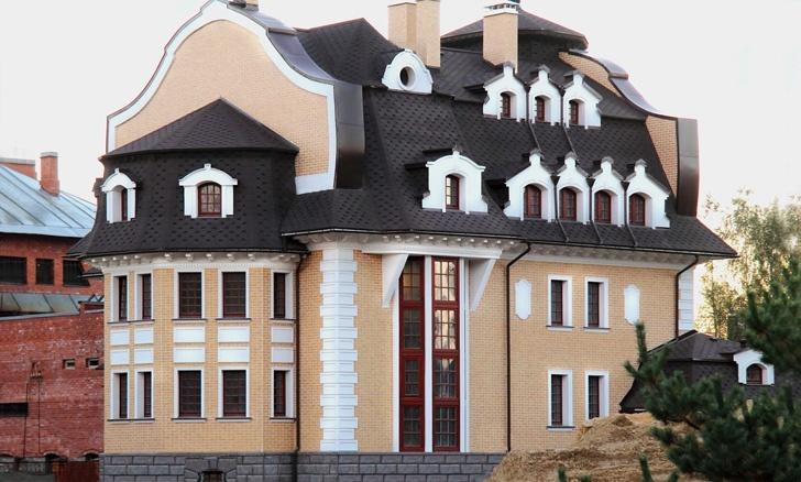 фасадный декор из полимербетона на особняке из песочного клинкера
