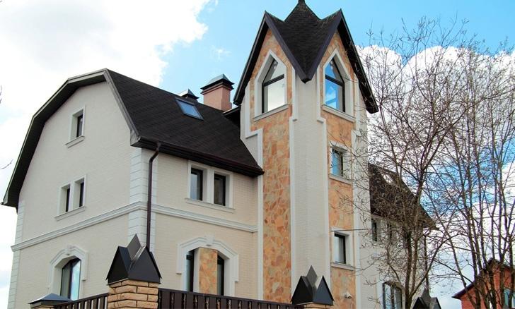 белый фасадный декор из пенополистирола на доме из бежевого кирпича