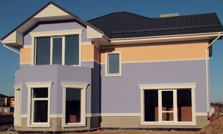 дом с голубой штукатуркой и белыми декоративными элементами