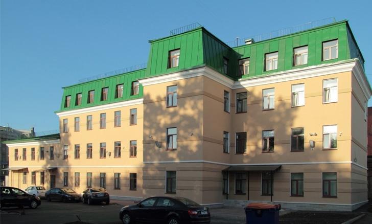 Декоративные элементы из полимербетона на фасаде бизнес центра