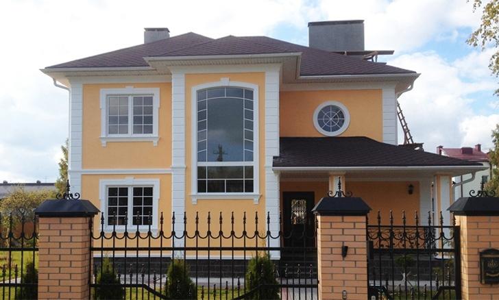 декоративные изделия на доме с желтой штукатуркой