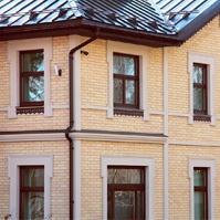 Наличники окон, межэтажный карниз, угловые элементы на углах дома