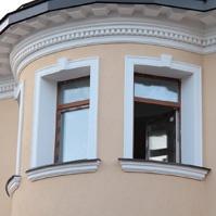 Эркерный венчающий карниз с декоративными вставками, наличники и подоконника на окнах