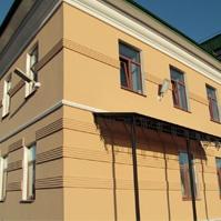Классические изделия из пенополистирола на фасаде бизнес центра