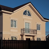 Штукатурный фасад с декором на доме