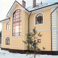 Декоративные наличники и подоконники на арочных окнах, русты на углах дома