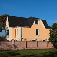 дом с рустами на углах, межэтажным и венчающим карнизом, наличниками и подоконниками на окнах