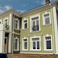 Наличники окон с шапочками и замковым камнем, зеленый фасад