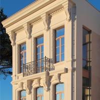 Сложное обрамление окон классического фасада дома