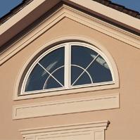 Декор фасада дома, карниз фронтона, наличники окон и зеркало
