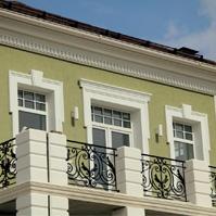 Русты на колоннах дома и карниз с сухарями