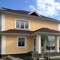 Оформление колонн и углов на доме с желтой штукатуркой