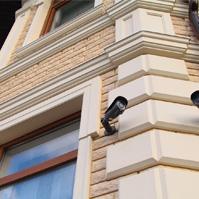 Русты на углах и наличник на окне