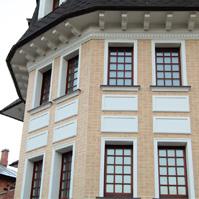 декоративные вставки между окон на эркере дома из песочного клинкера, наличники на окнах
