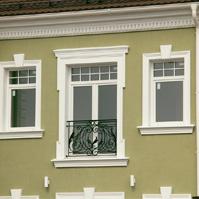 Окно с ковкой украшено декором фасада