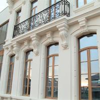 Арочные окна и широкий наличник на фасаде