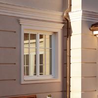 Рустованный штукатурный фасад и декор на окно