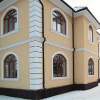 угол дома, оформленный рустованными камнями из полимербетона