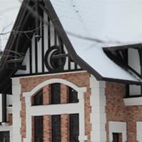 обрамление арочных окон, кронштейны, рустованные камни на фасаде особняка