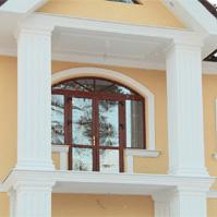 балкон с колоннами, оформленными декором из полимербетона