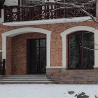 оформление арочных проемов, цокольный карниз на фасаде из кирпича