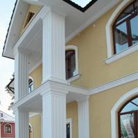 колонны и пилястры с каннелюрами на входной зоне дома