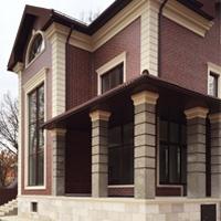 Капители квадратных колонн на кирпичном фасаде