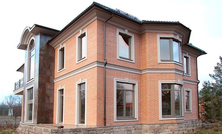Дом из кирпича с фасадным декором из пенополистирола