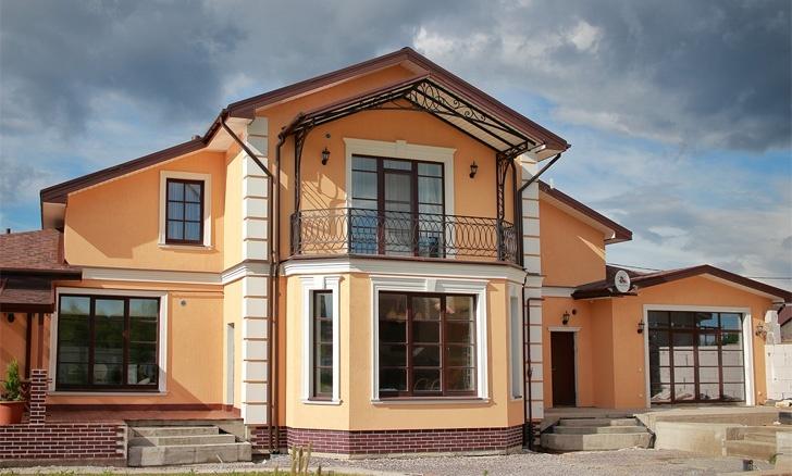 дом в декоративной штукатурке с фасадным декором из пенополистирола