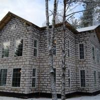 Фото фасада дома на стадии строительства до отделки декоративными элементами из пенополистирола