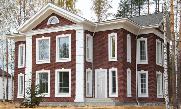Фасадный декор из полимербетона на доме из красной клинкерной плитки в английском стиле