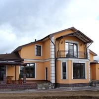 дом с межэтажным карнизом, рустами на углах, наличниками и сандриками на окнах
