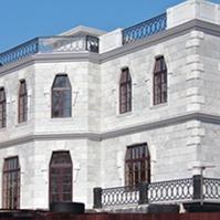 Межэтажный и венчающий карниз на фасаде дома из полимербетона
