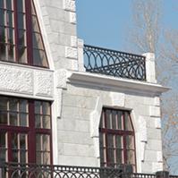 Балкон на фасаде дома из мрамора