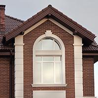 Украшения углов, арочного окна и декоративная вставка