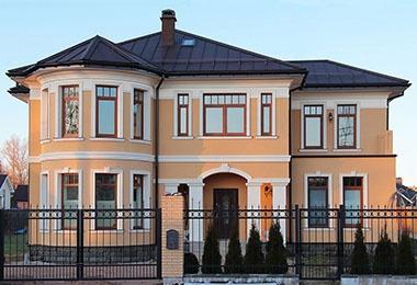 декор фасада дома штукатурного дома
