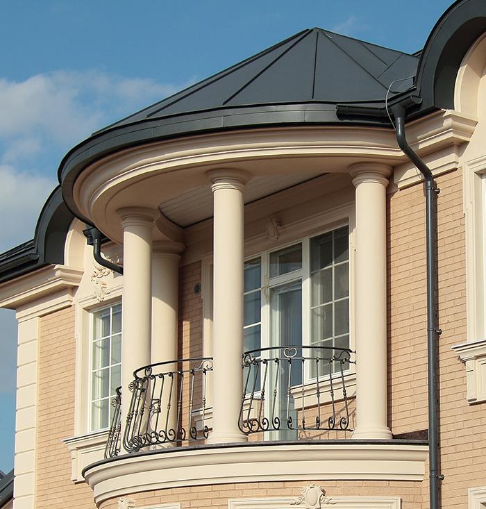 базы и капители колонн на фасаде дома