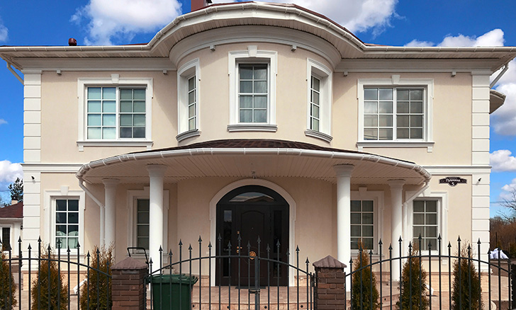 Отделка фасада декором из пенополистирола с покрытием